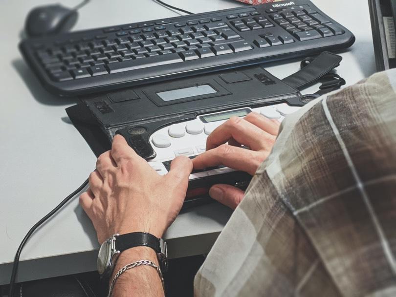 Man using a screen reader